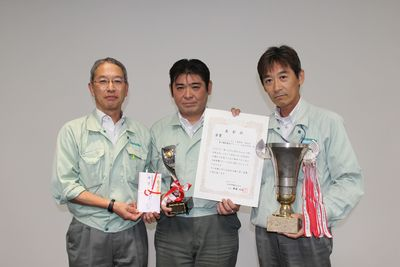 社長の齋藤と優勝チームメンバー
